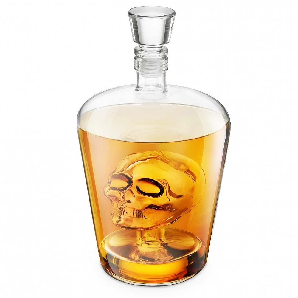 De drank zorgt ervoor dat de details van de doodshoofd beter naar voren komen en ook voegt het visuele stimulatie toe.