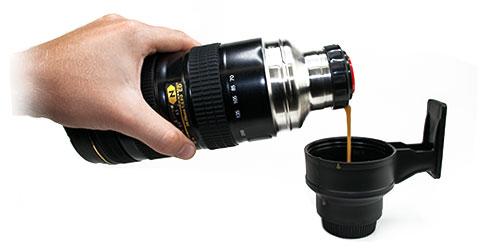 Thermosfles cameralens drinkt lekker koffie met de Thermofles die op een echte Nikon lens kijkt!